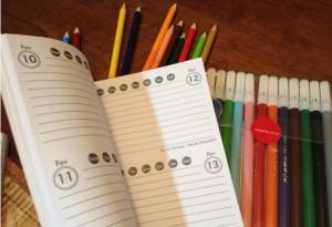 A agenda escolar é um dos materiais que a criança leva para a casa e escolhe como usar. Que tal pedir para o seu aluno escrever, todos os dias, uma coisa que aprendeu e outra que ensinou no Amorim?