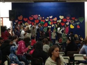 Mil corações no palco recepcionando as mães no Amorim Lima
