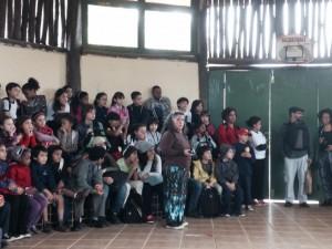 A professora Cleide Portis com as crianças da EMEF Amorim Lima na aldeira guarani Krukutu